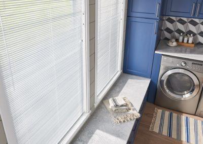 white aluminum blinds